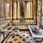 Koupelna moderně: Velké dlaždice, luxusní imitace i odstíny země 7