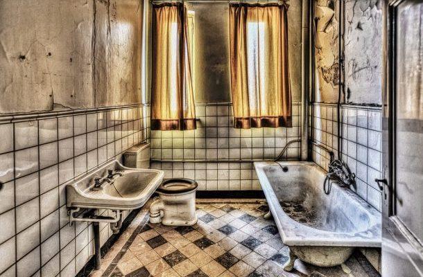 Koupelna moderně: Velké dlaždice, luxusní imitace i odstíny země 1