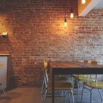 Vytvoříte si romantickou atmosféru v kuchyni. Dá se to nejen zařízením, ale i trochu drsnějším prvkem - cihlou 3
