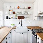 Otevřené police v kuchyni jsou levným a efektním prvkem 16
