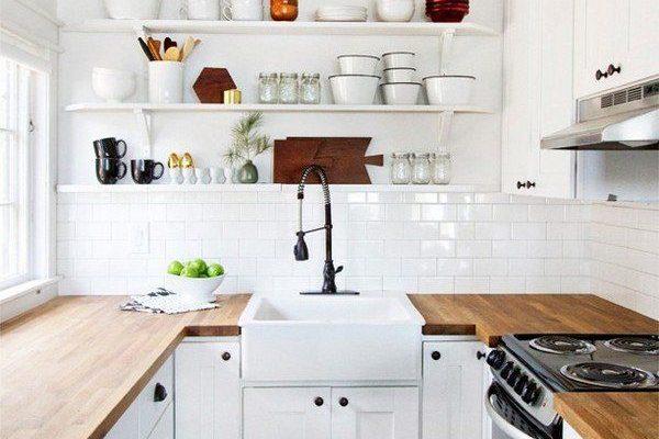 Otevřené police v kuchyni jsou levným a efektním prvkem 1