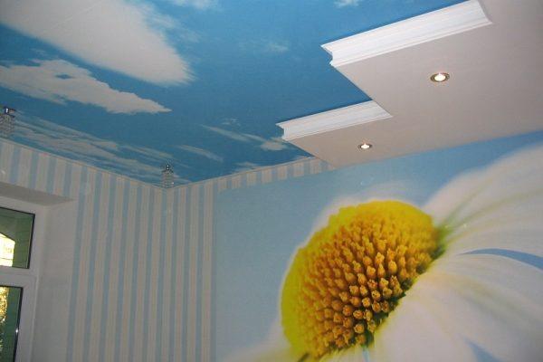 Tapeta na stropě udělá s prostorem divy 1