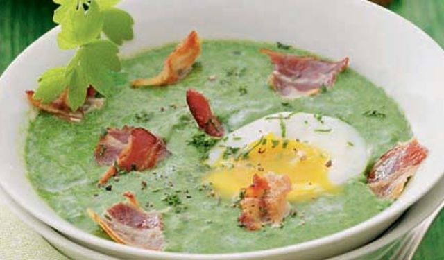 Špenátová polévka se slaninou a s vejcem 1