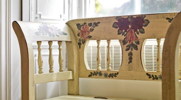 Designový nábytek s folklorními motivy 1